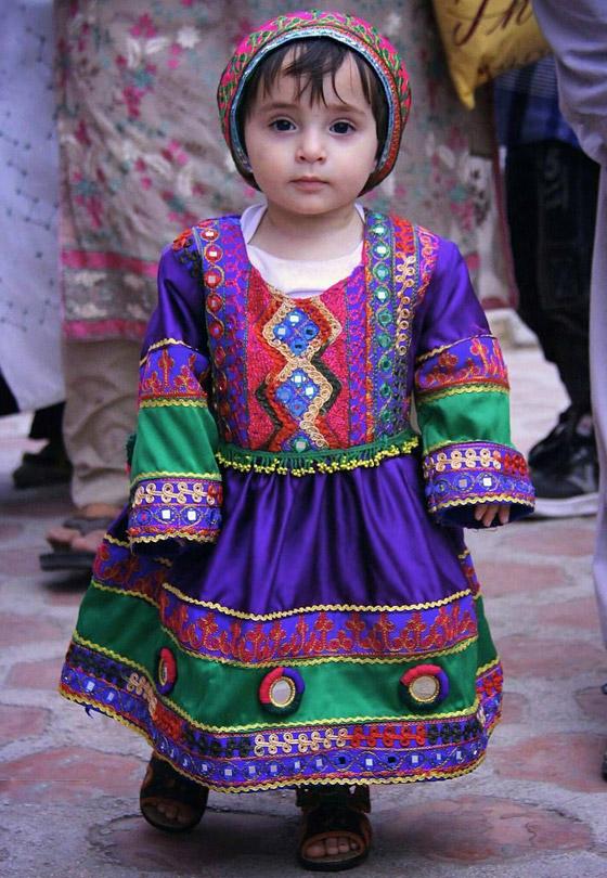 بالصور: ملابس ملونة وتقليدية رائعة.. الأفغانيات يتحدين نساء طالبان! صورة رقم 5