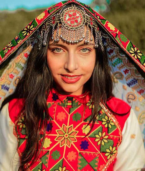 بالصور: ملابس ملونة وتقليدية رائعة.. الأفغانيات يتحدين نساء طالبان! صورة رقم 17