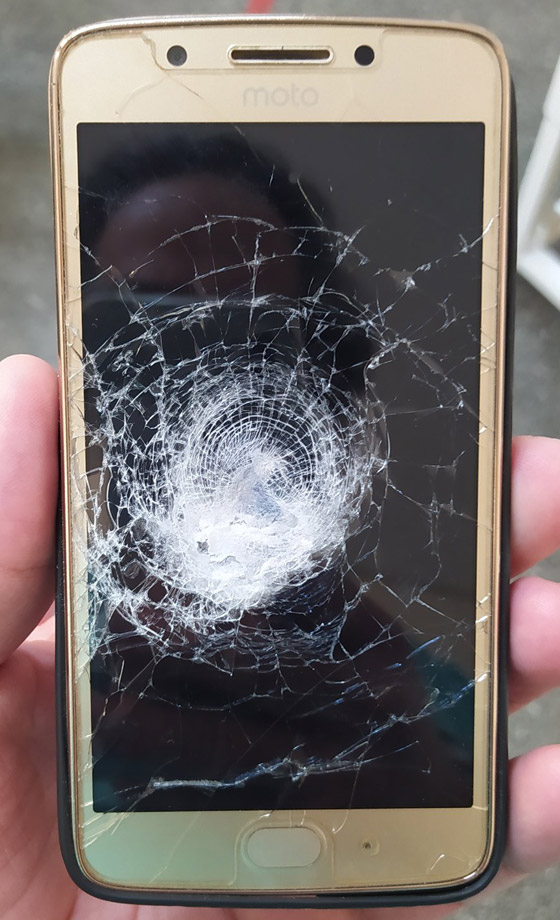 أثناء عملية سطو مسلح.. هاتف محمول ينقذ صاحبه من موت محقق! صور صورة رقم 2