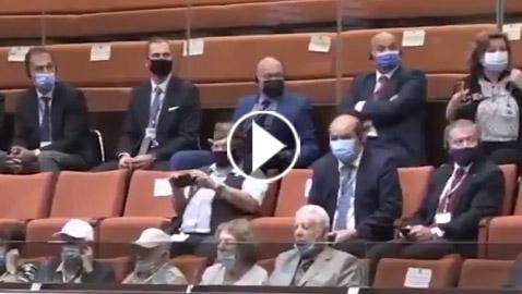 لحظة إخلاء الكنيست بعد إطلاق صافرات الإنذار بالقدس.. هلع بين النواب وتسابق على المغادرة (فيديو)
