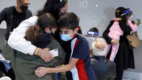 بالدنيا وما فيها.. التئام شمل أقارب وأصدقاء في مطار هيثرو البريطاني
