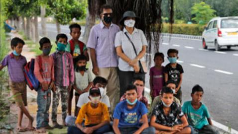 لفتة إنسانية من دبلوماسي هندي وزوجته لمساعدة الفقراء