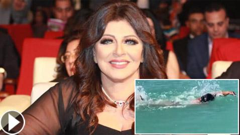 فيديو هالة صدقي بالمايوه تستعرض مهارتها بالسباحة