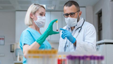السر في درجة الحرارة.. لماذا قد يساعد لقاح أوكسفورد العالم أكثر من اللقاحات الأخرى؟